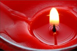 Красная приворотная свеча